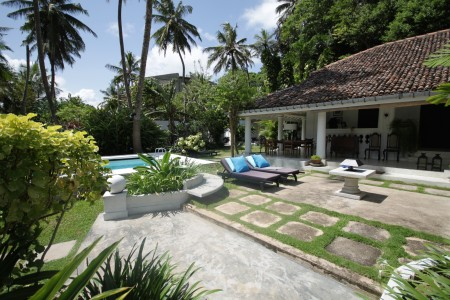 The colonial style Well House Unawatuna offers pool and beach nearby