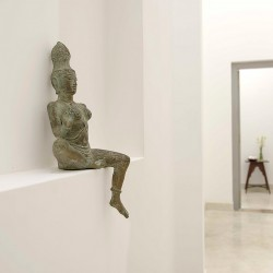 Traditional sculptures add interest and texture to hallways in Ivory House Habaraduwa