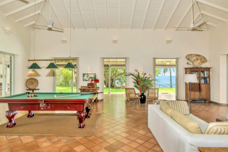 Suriyawatta Beach Villa offers plenty of indoor and outdoor entertainment, including a book collection and pool table