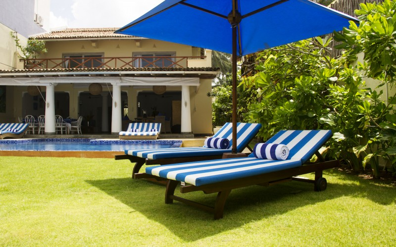 Nilaya Beach Villa Thalpe - pool lounges overlooking the Indian Ocean