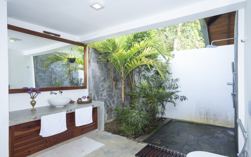 Villa Ronnaduwa Ensuite bathrooms feature the use of natural stone
