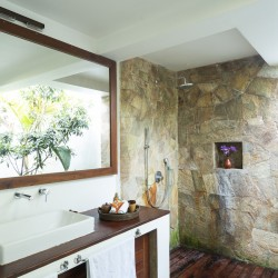 Villa Ronnaduwa Ambalangoda -close up of natural stone in the indoor/outdoor shower